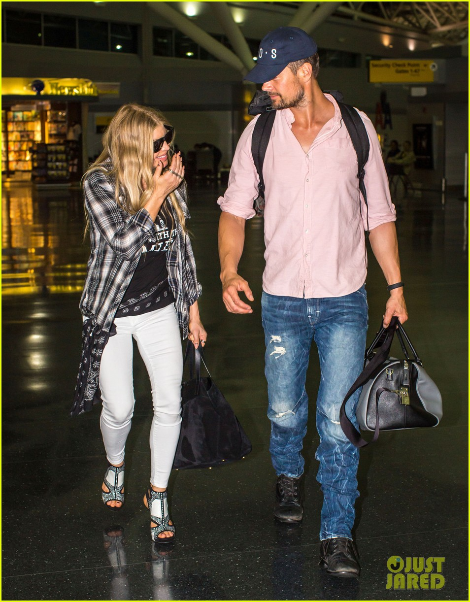 fergie gets the major giggles at the airport with josh duhamel 09
