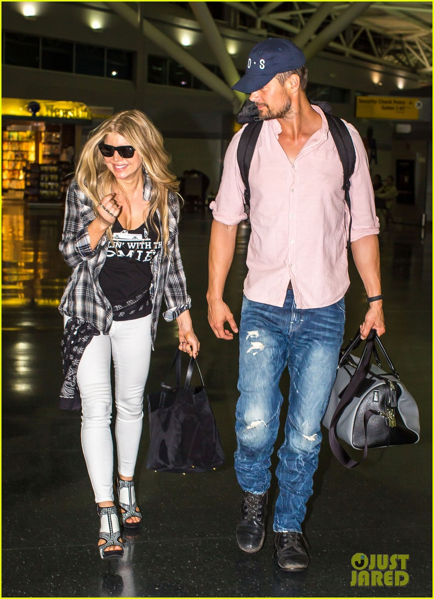 fergie gets the major giggles at the airport with josh duhamel 10
