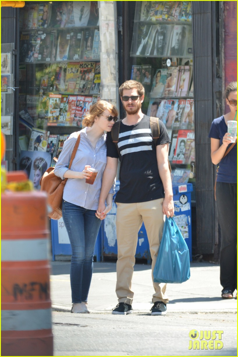 andrew garfield confronts paparazzi on stroll with emma stone 04