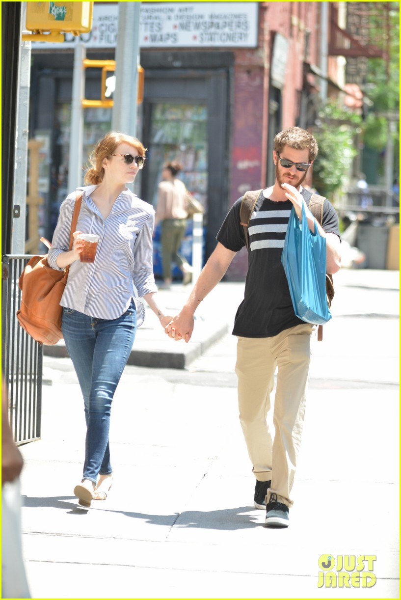 andrew garfield confronts paparazzi on stroll with emma stone 15