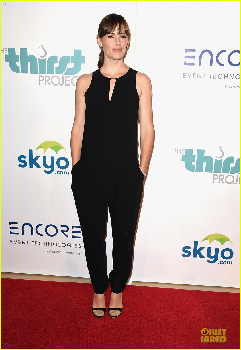 jennifer garner rocks jumpsuit as thrist gala host 013142903