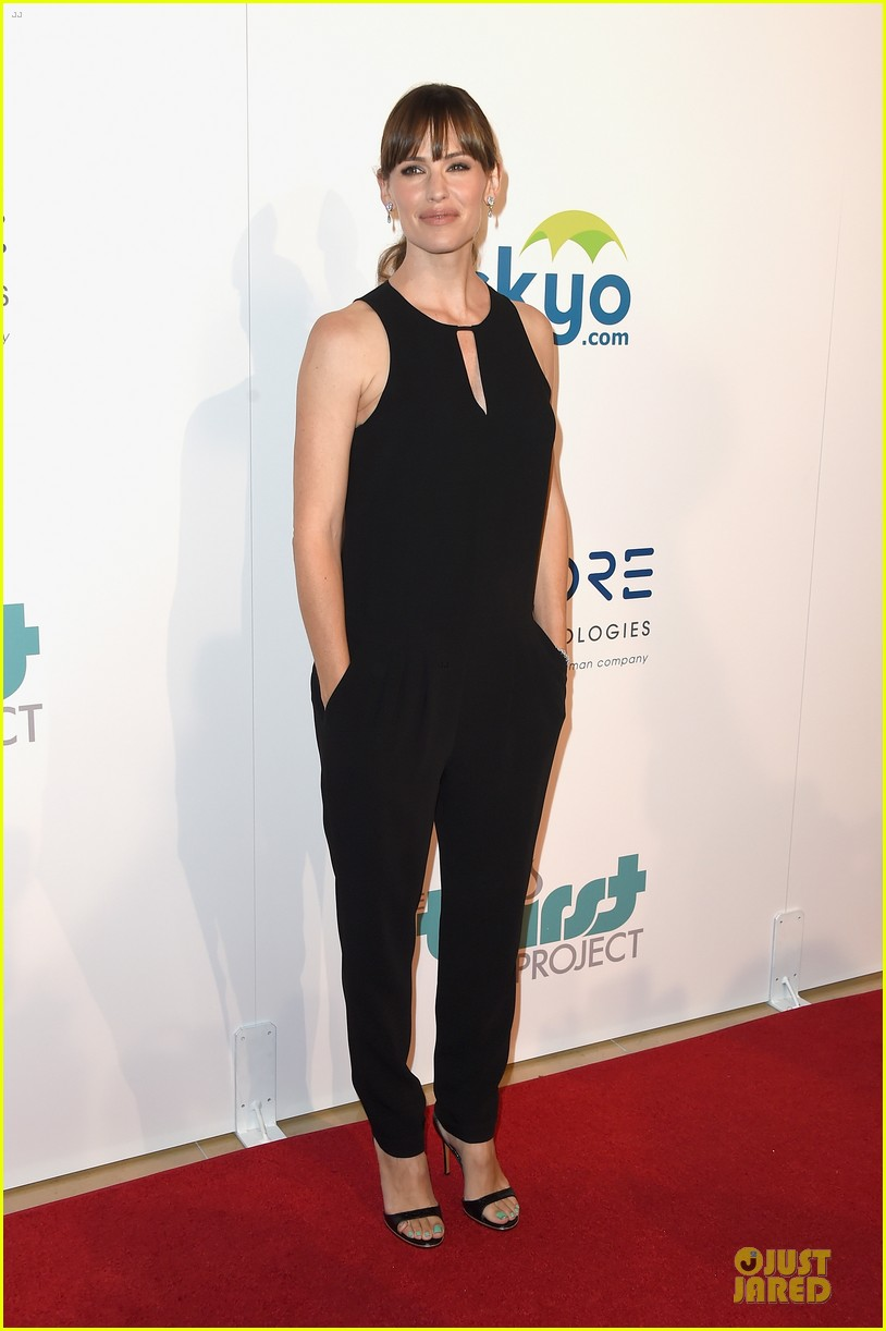 jennifer garner rocks jumpsuit as thrist gala host 033142905