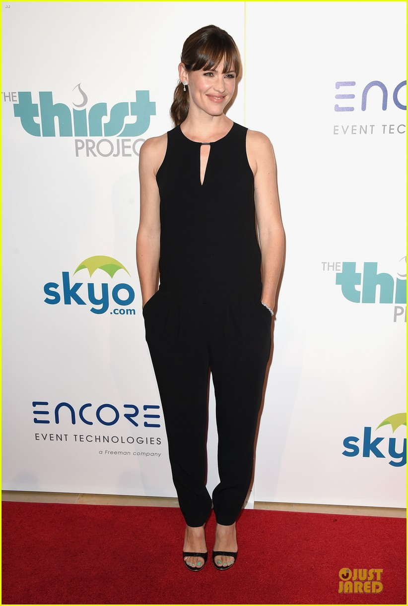 jennifer garner rocks jumpsuit as thrist gala host 053142907