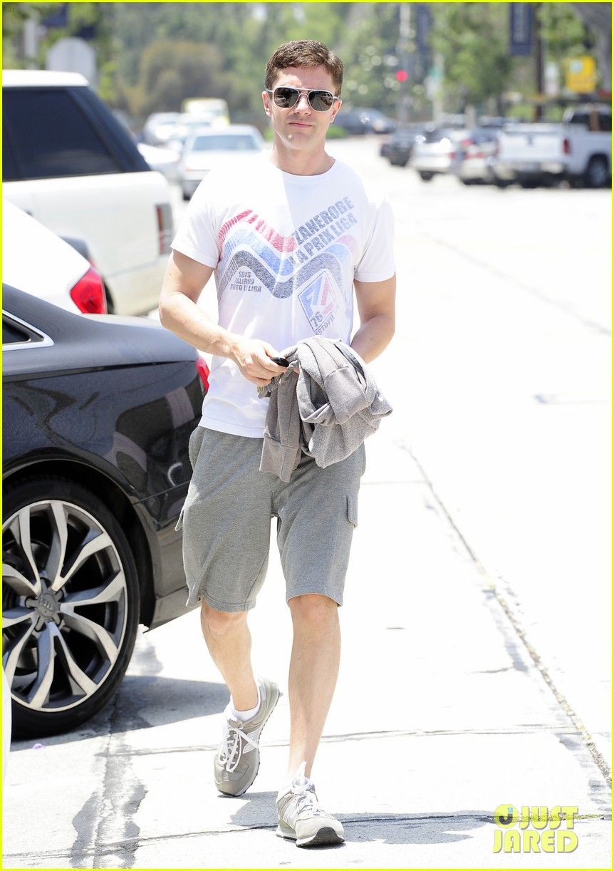 topher grace makes one fans day at the gym 033144831