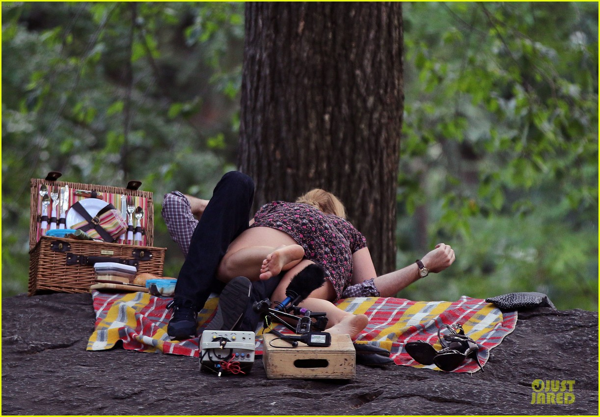 bill hader amy schumer kissing in central park 14