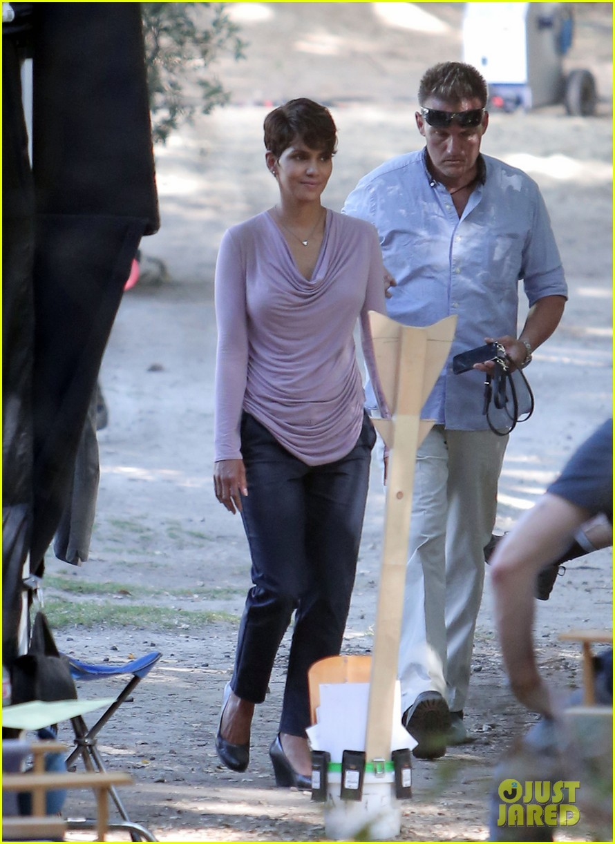 halle berry is hiding her secrets in new extant teaser 033128120