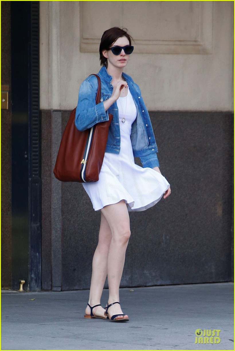 anne hathaway takes intern break to grab coffee 013145192