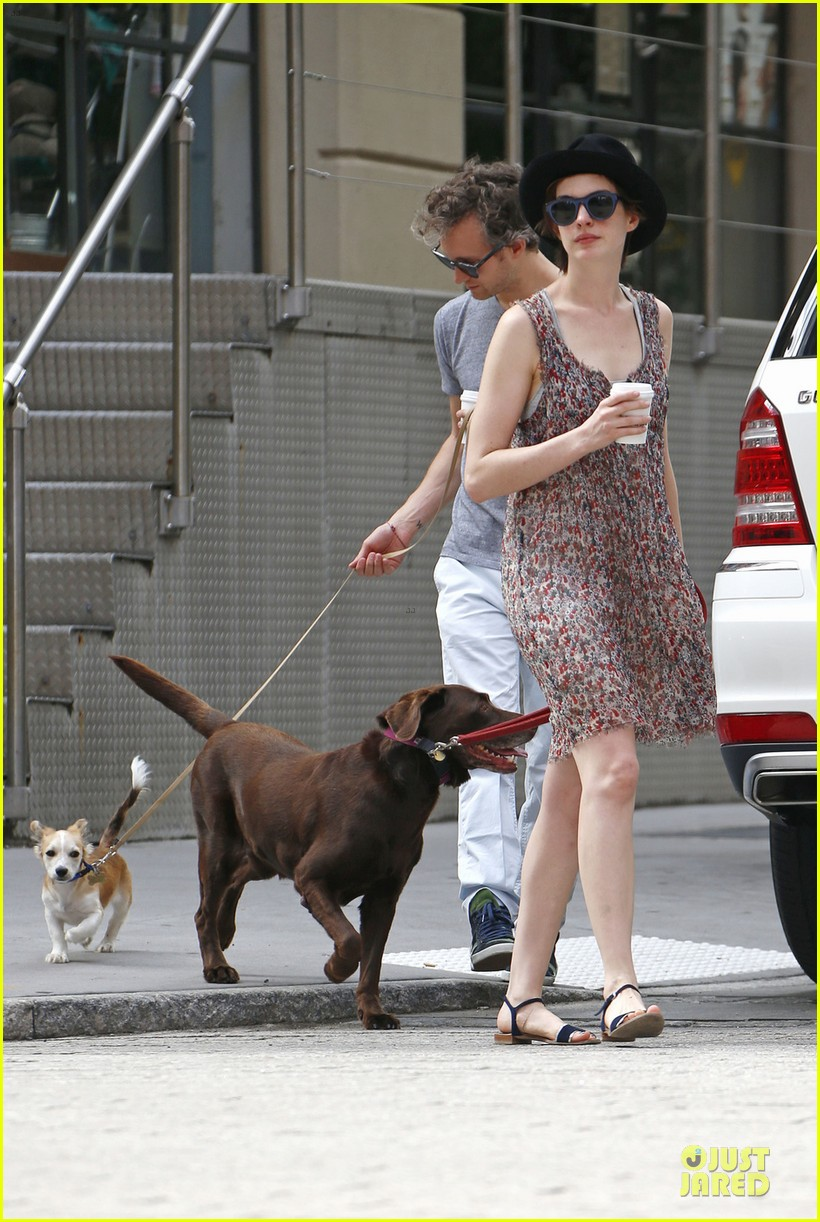 anne hathaway takes intern break to grab coffee 043145195