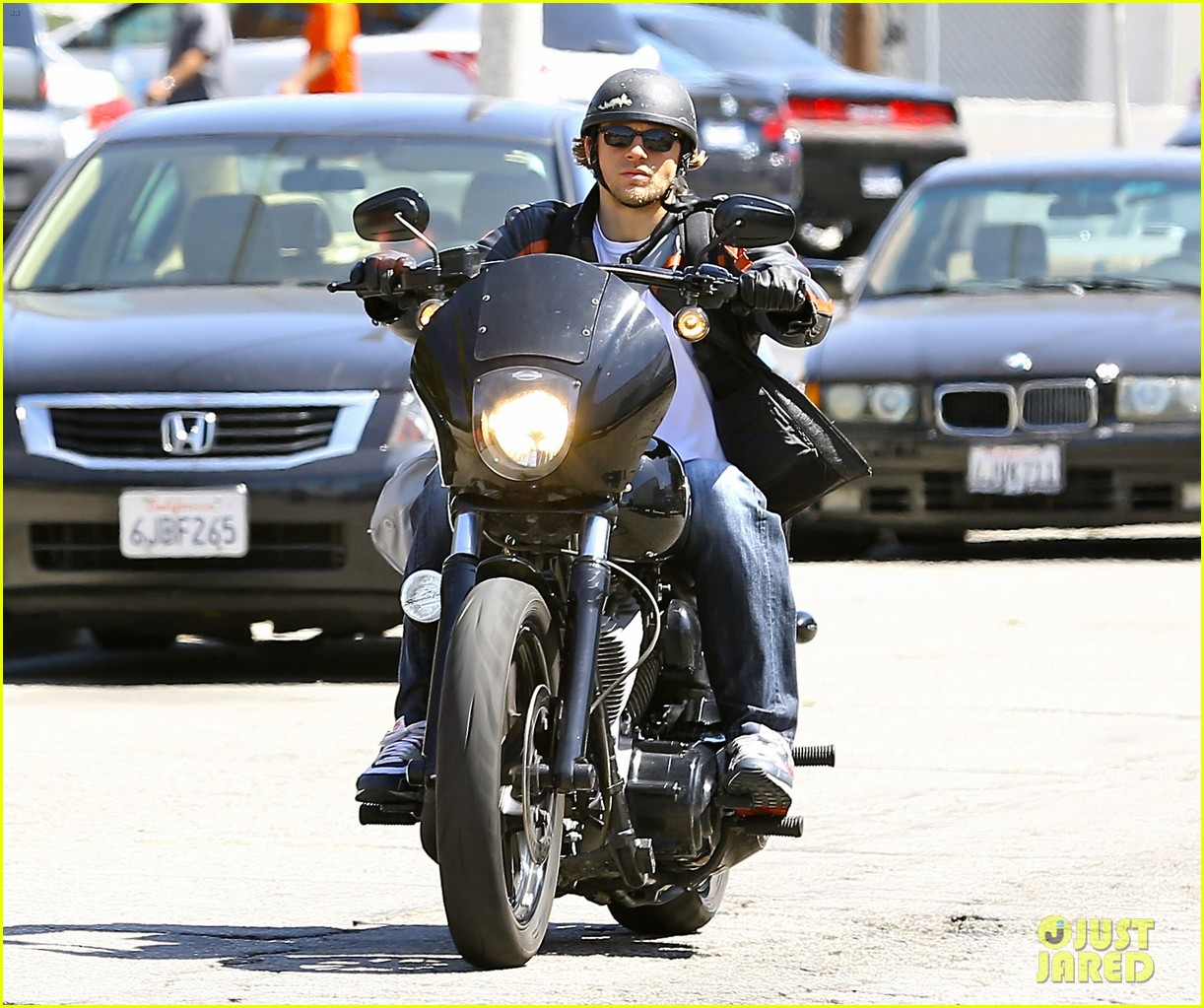 charlie hunnam arrives to sons of anarchy set on motorcycle 033128541