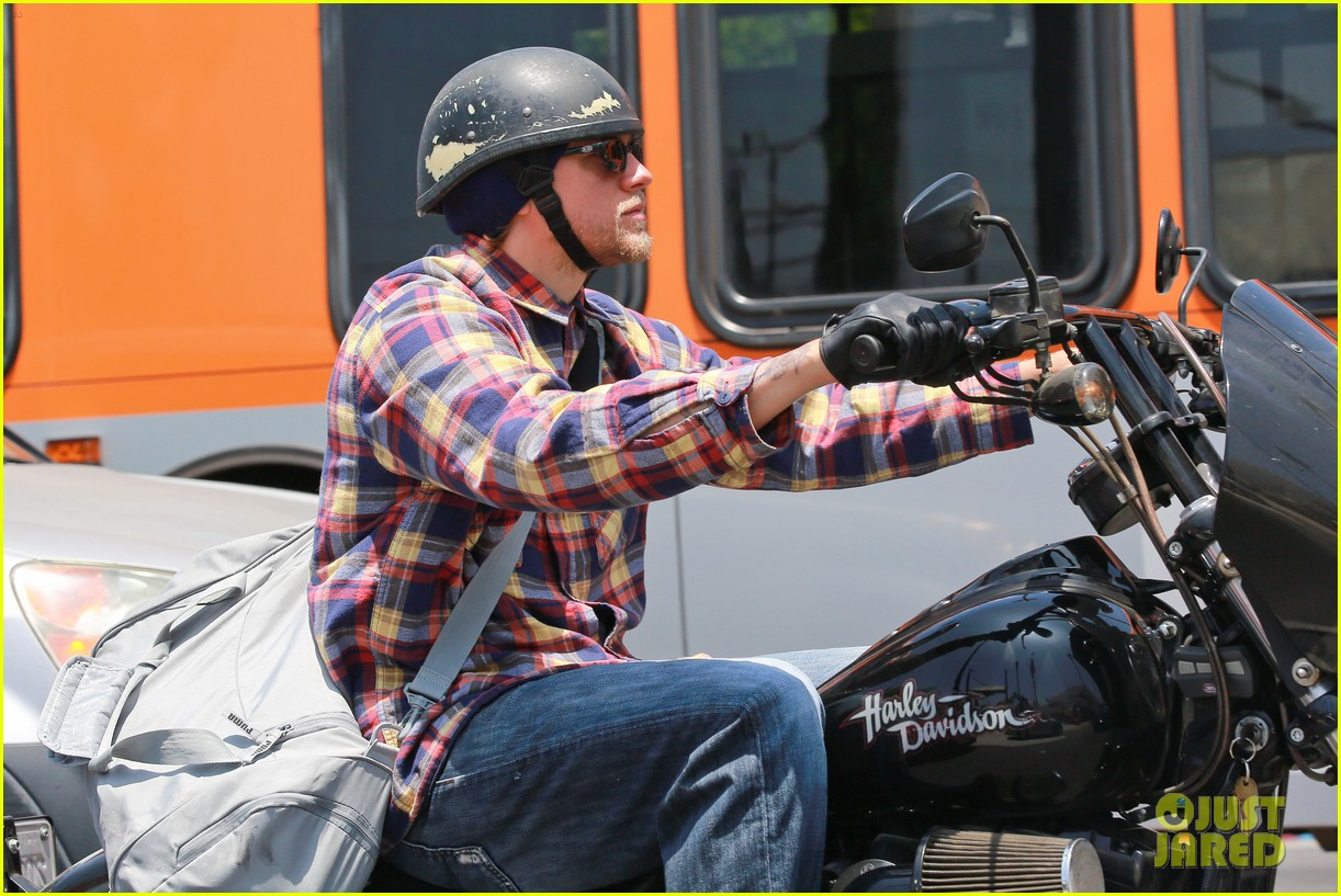 charlie hunnam sons of anarchy cast back filming sharing new pics 103144153