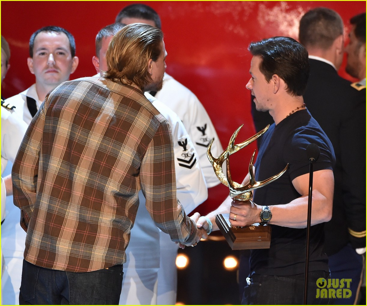 charlie hunnam mark wahlberg guys choice awards 2014 13