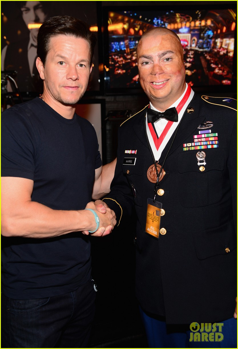 charlie hunnam mark wahlberg guys choice awards 2014 14