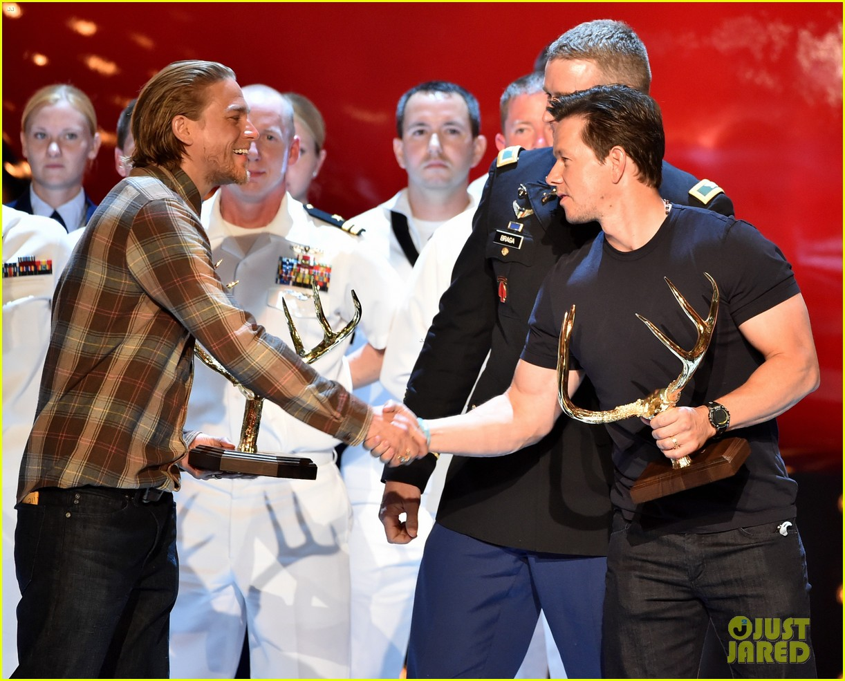 charlie hunnam mark wahlberg guys choice awards 2014 15