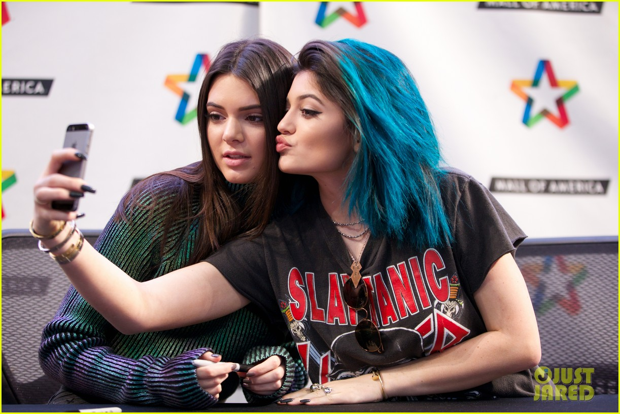 kendall kylie jenner book tour mall of america selfie 02