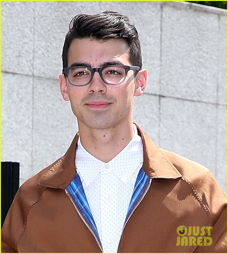 joe jonas louis vutton paris fashion week 01