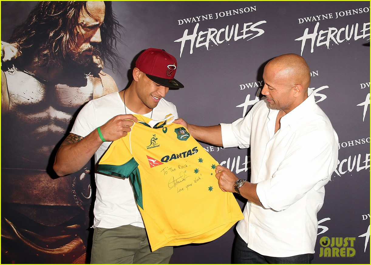 dwyane johnson presented with wallabies jersey at australian hercules screening 01