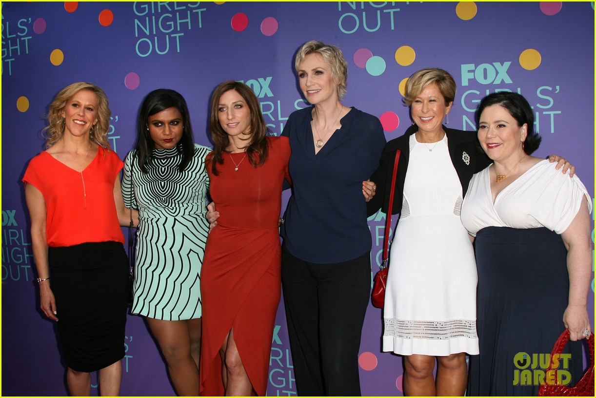 mindy kaling shows some leg at foxs girls night out 12