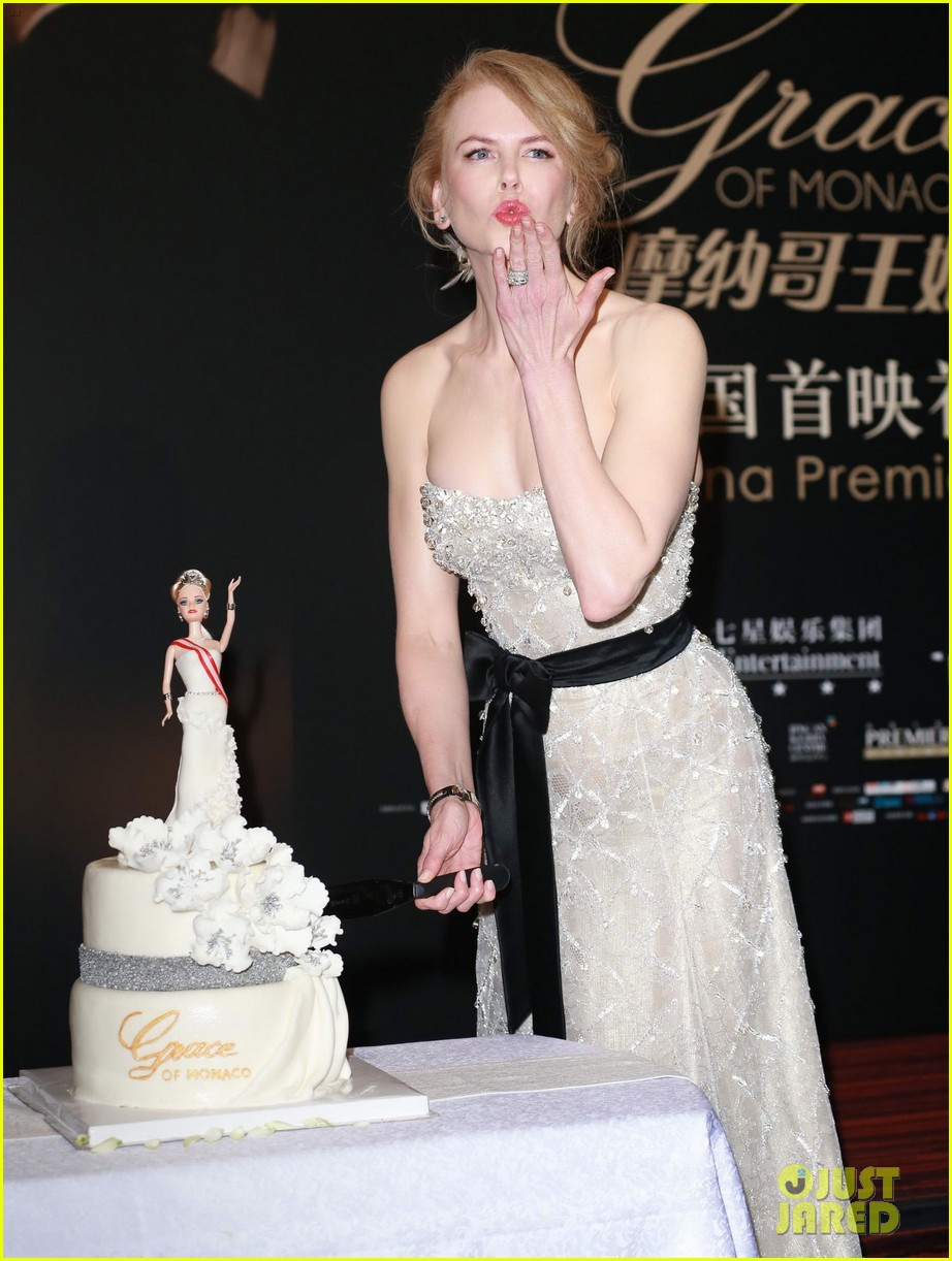 nicole kidman cuts grace of monaco cake in shanghai 053136351