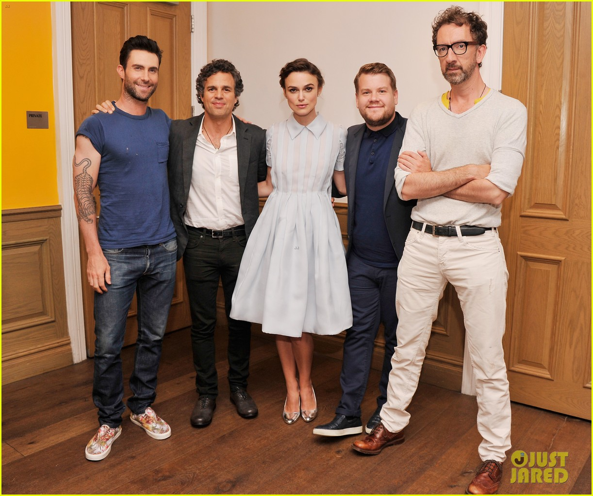 keira knightley cant stop laughing when with adam levine 03