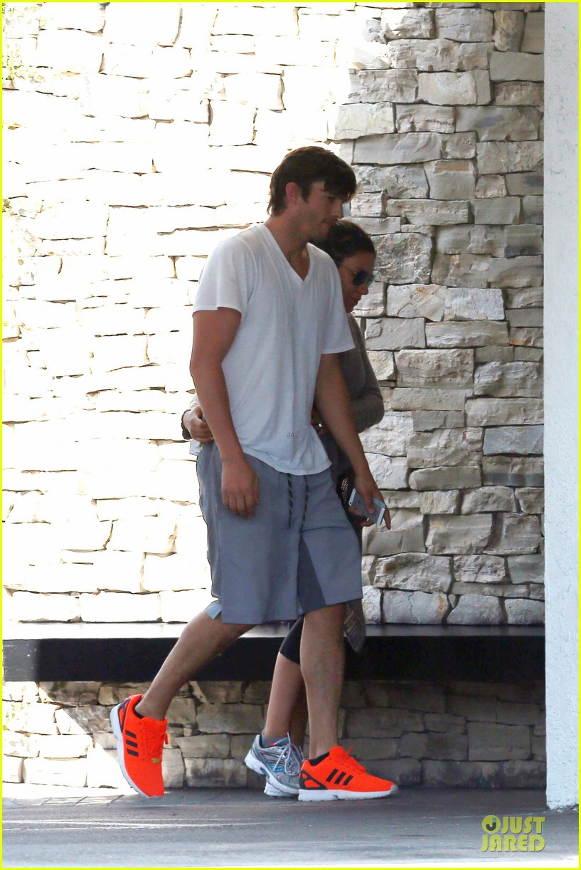 ashton kutcher mila kunis look closer than ever 07