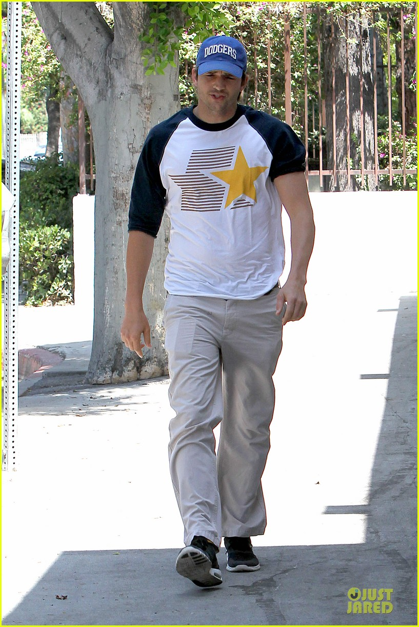 ashton kutcher confronts paparazzi on solo hollywood stroll 05