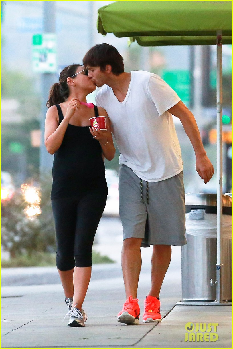 ashton kutcher plants a sweet kiss on pregnant mila kunis 013131523