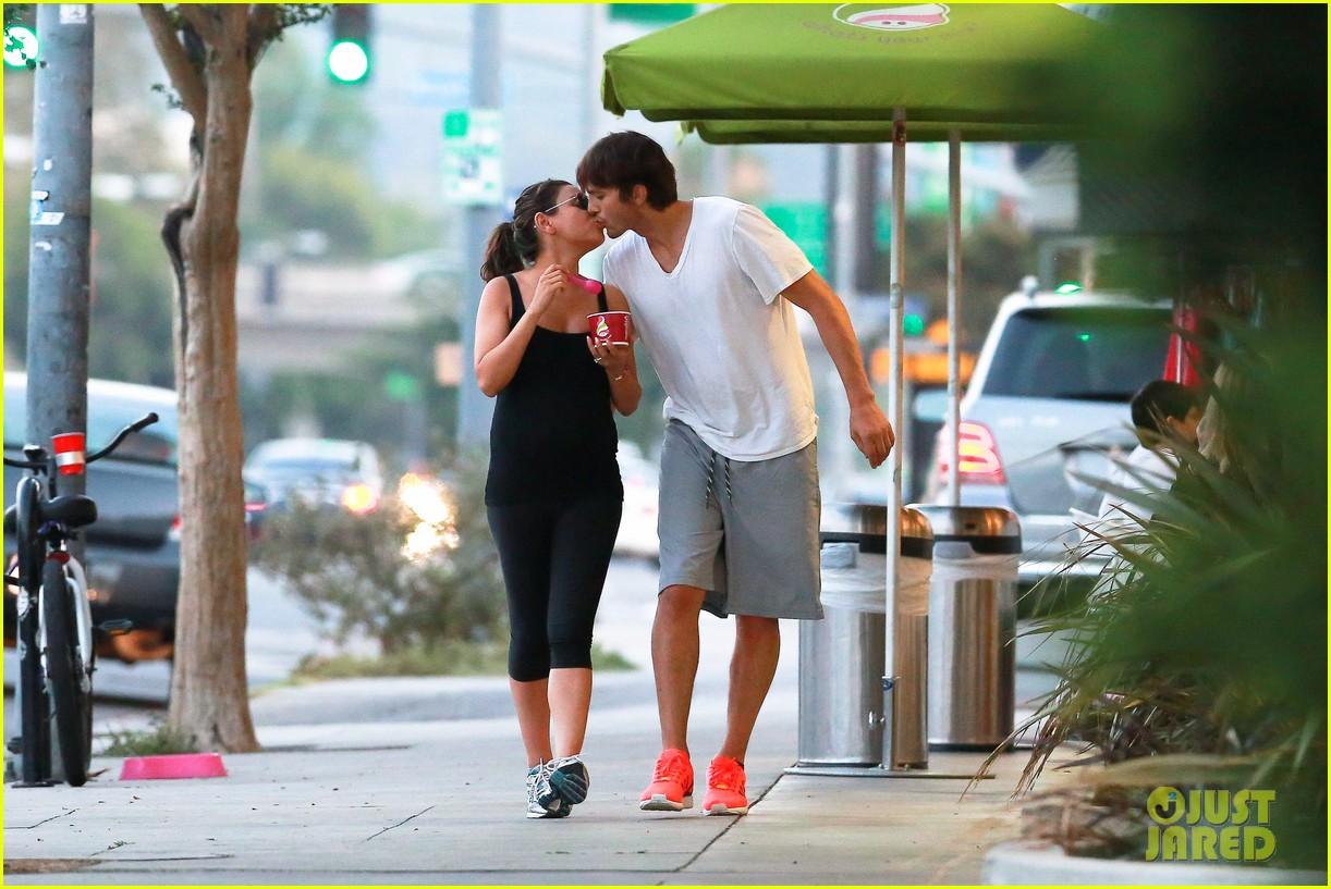 ashton kutcher plants a sweet kiss on pregnant mila kunis 06