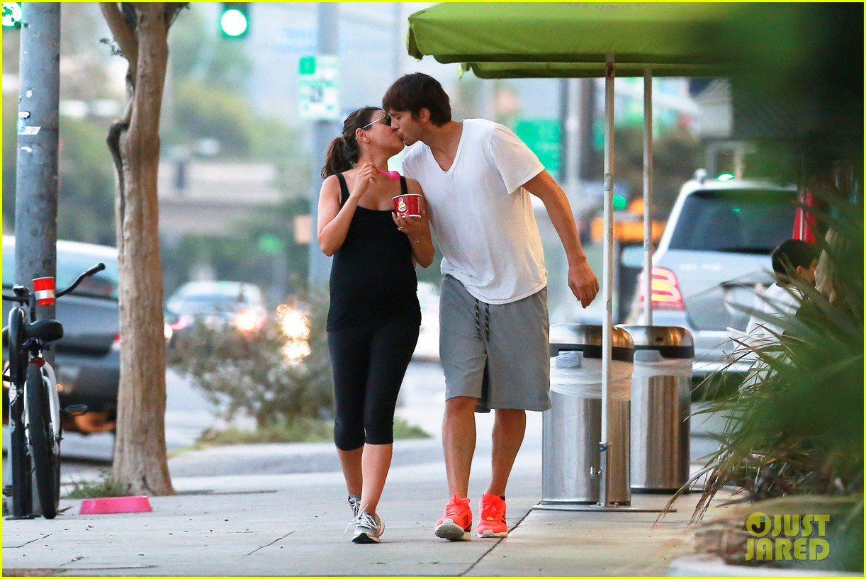 ashton kutcher plants a sweet kiss on pregnant mila kunis 11