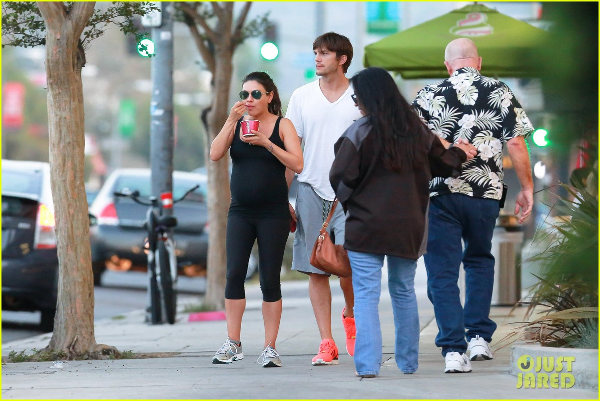 ashton kutcher plants a sweet kiss on pregnant mila kunis 143131536