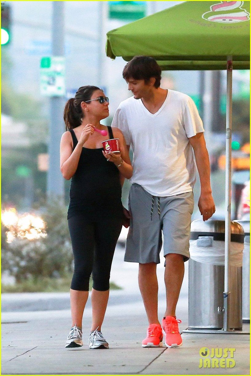ashton kutcher plants a sweet kiss on pregnant mila kunis 17