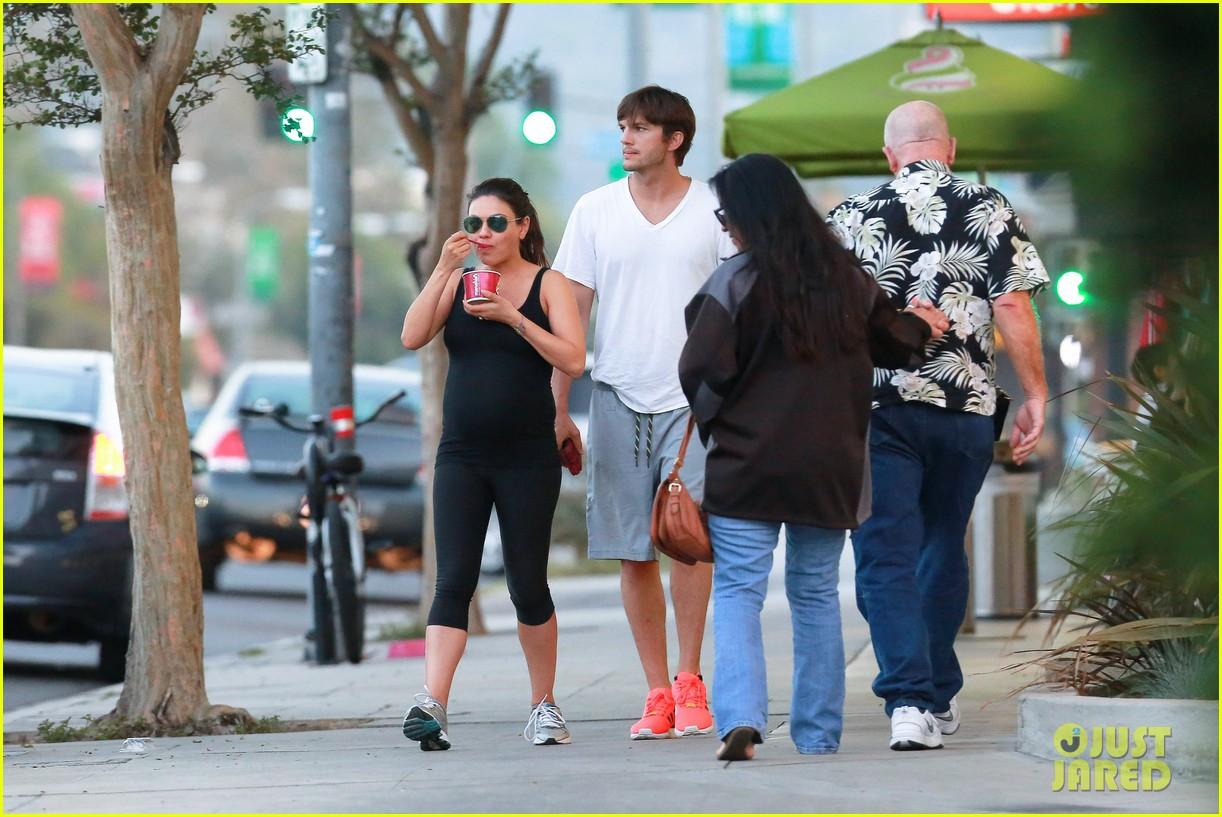 ashton kutcher plants a sweet kiss on pregnant mila kunis 18