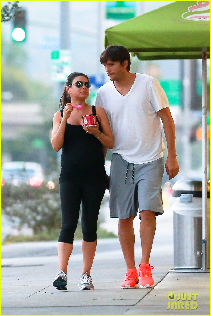 ashton kutcher plants a sweet kiss on pregnant mila kunis 193131541