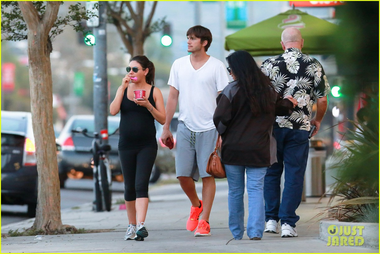 ashton kutcher plants a sweet kiss on pregnant mila kunis 233131545