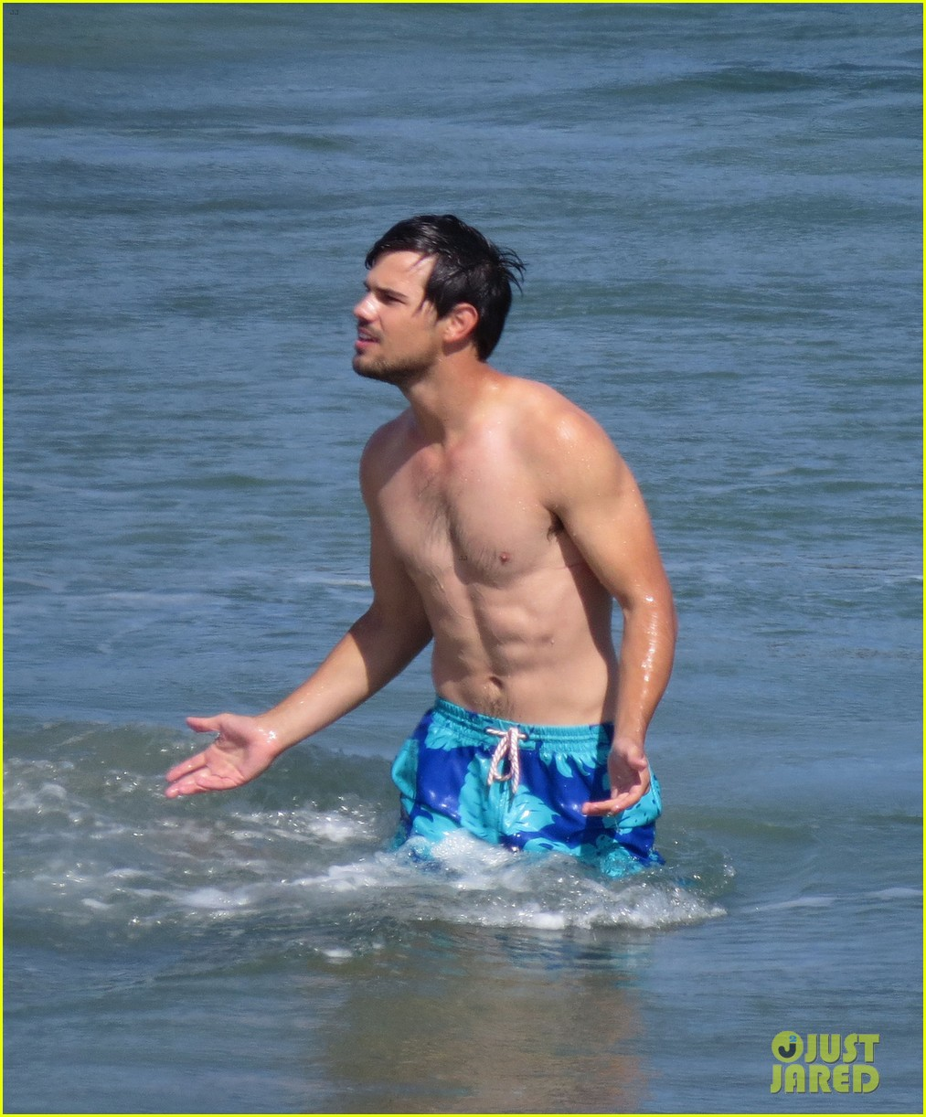 taylor lautner goes shirtless for run the tide beach scenes 033138074