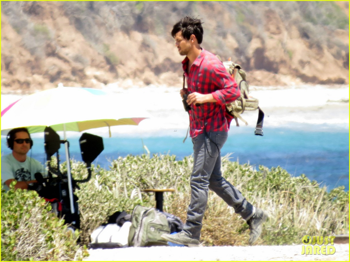 taylor lautner goes shirtless for run the tide beach scenes 073138078