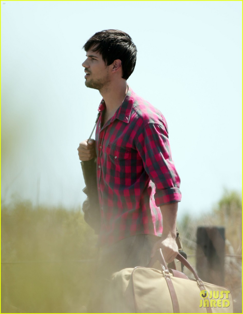taylor lautner goes shirtless for run the tide beach scenes 09