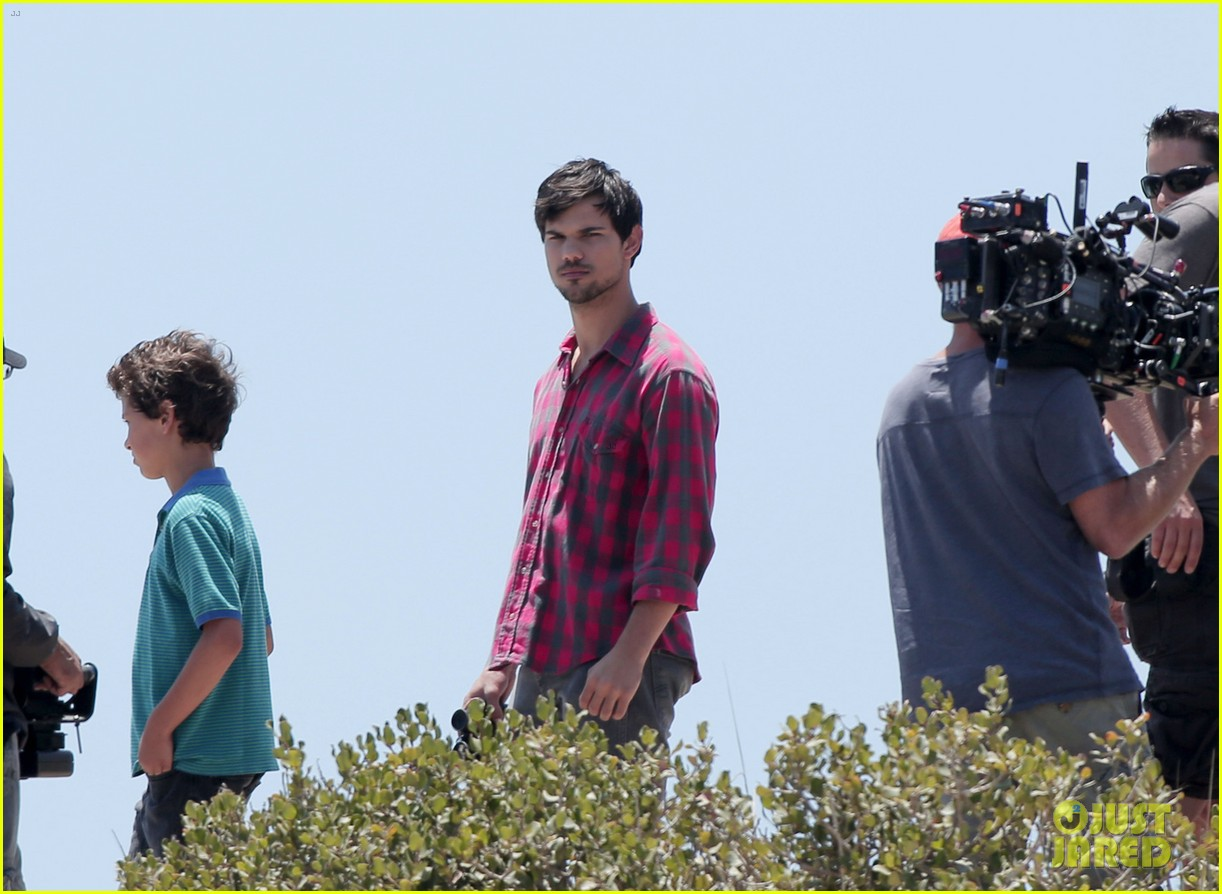 taylor lautner goes shirtless for run the tide beach scenes 22