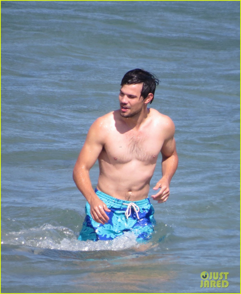 taylor lautner goes shirtless for run the tide beach scenes 333138104