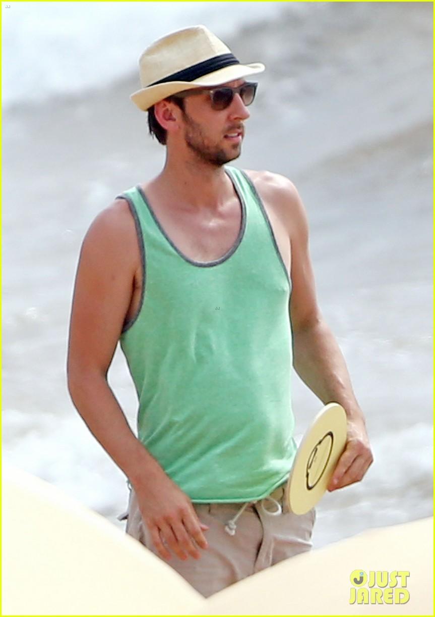 zachary levi shirtless hawaii beach vacation 07