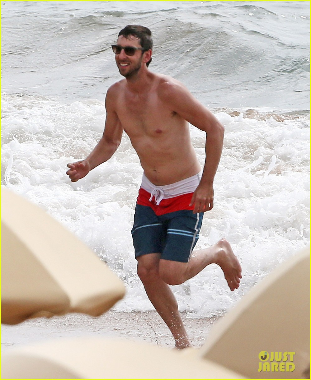 zachary levi shirtless hawaii beach vacation 14