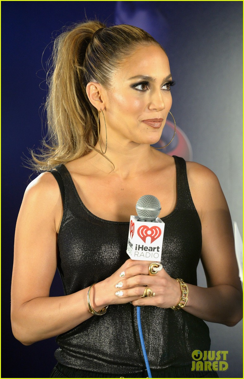 jennifer lopez bares amazing abs at iheartradio pool party 183145797