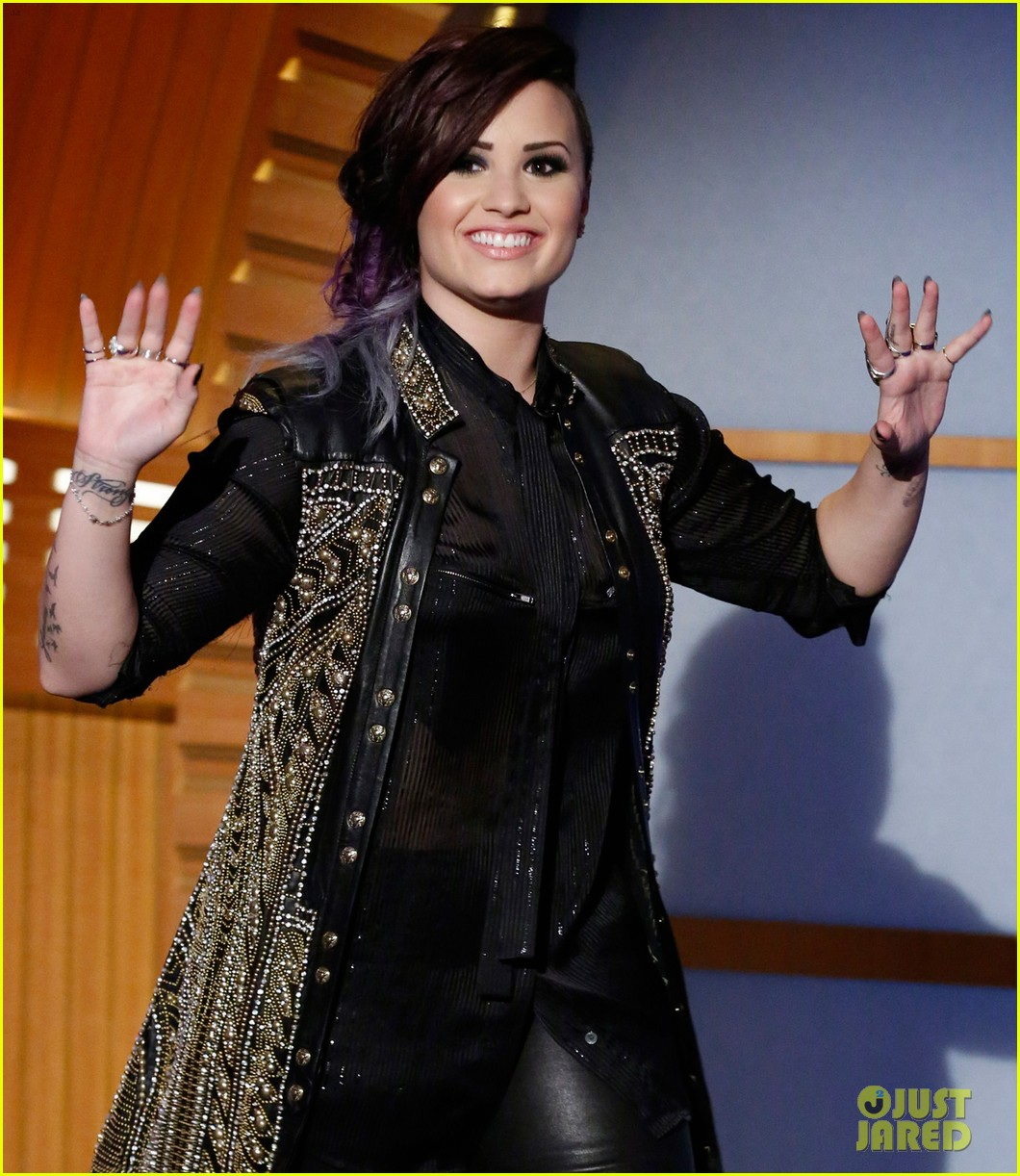 demi lovato visits late night with seth meyers 03