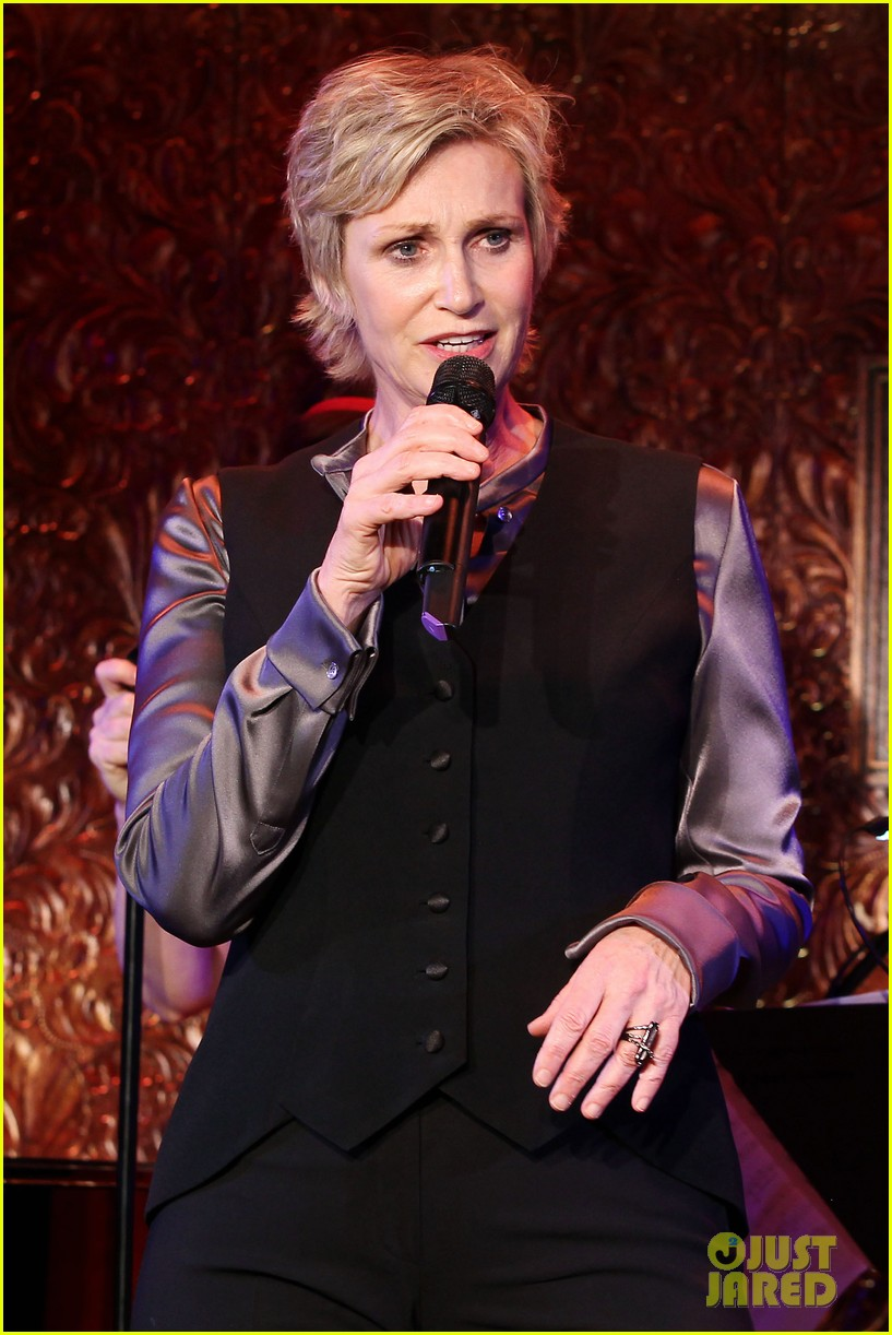jomatthew morrison kisses jane lynch on stage for her solo concert debut 13