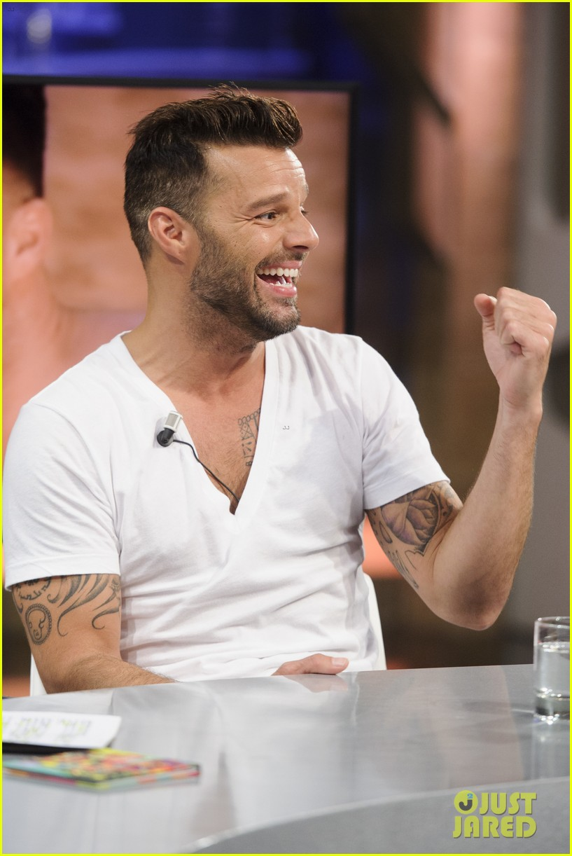 ricky martin recreates vida music video on el hormiguero 07