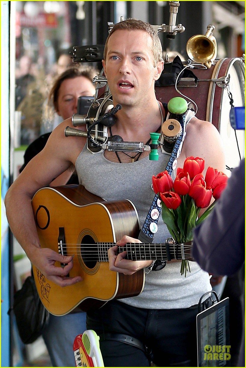 chris martin flaunts muscles on coldplay music video 02