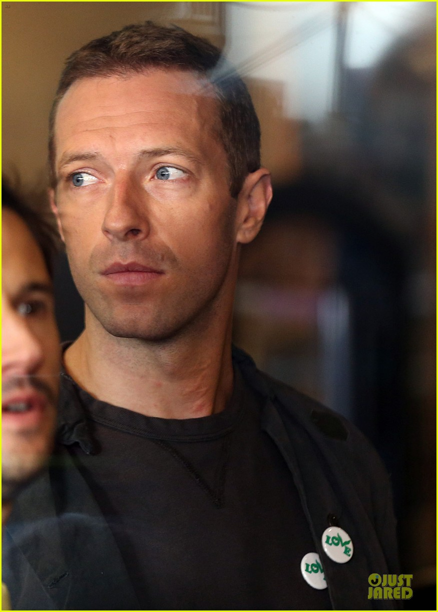 chris martin flaunts muscles on coldplay music video 14