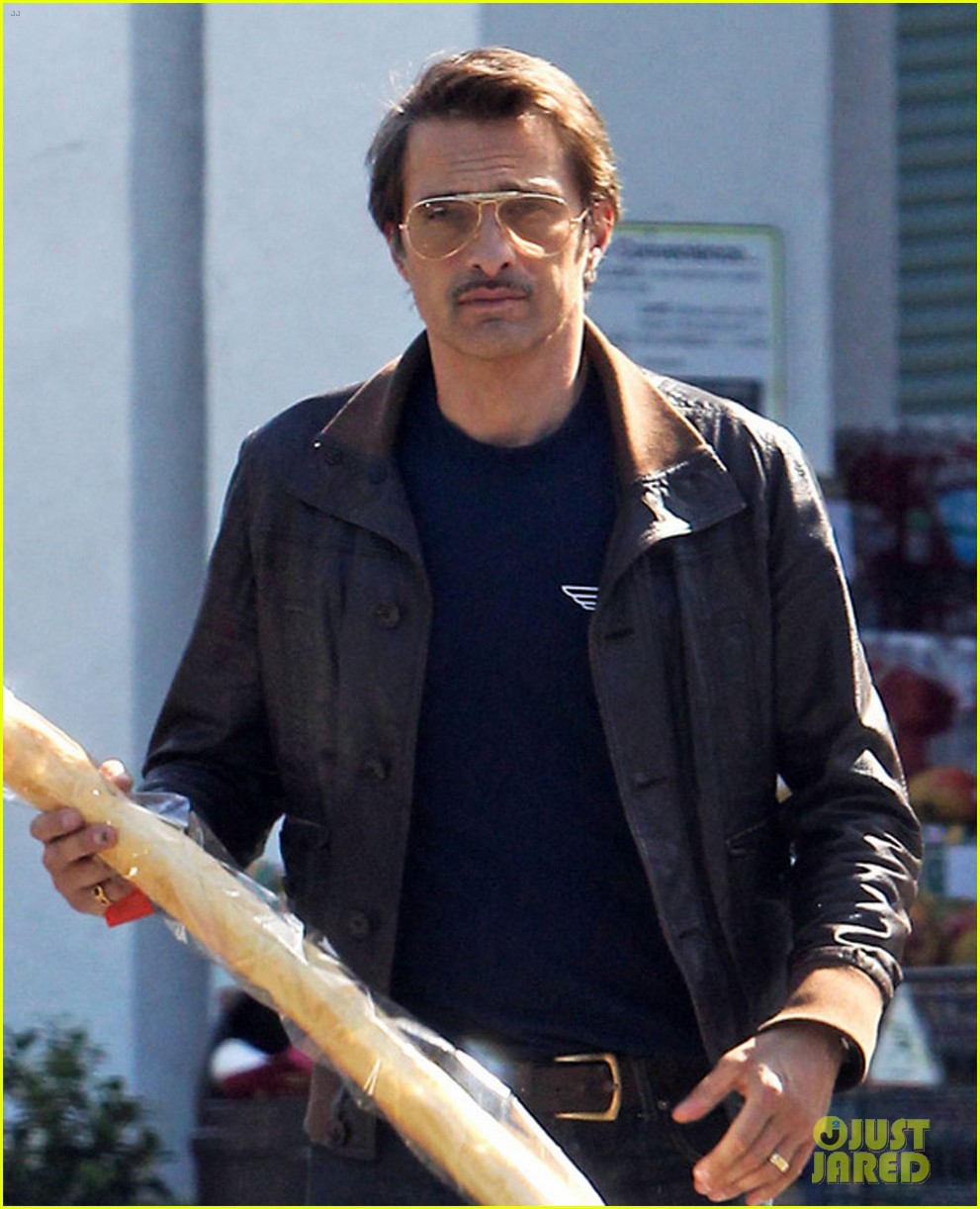 olivier martinez satisfies his baguette craving 023139952