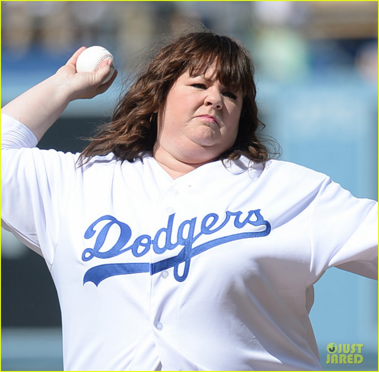 melissa mccarthy first pitch la dodgers game 01