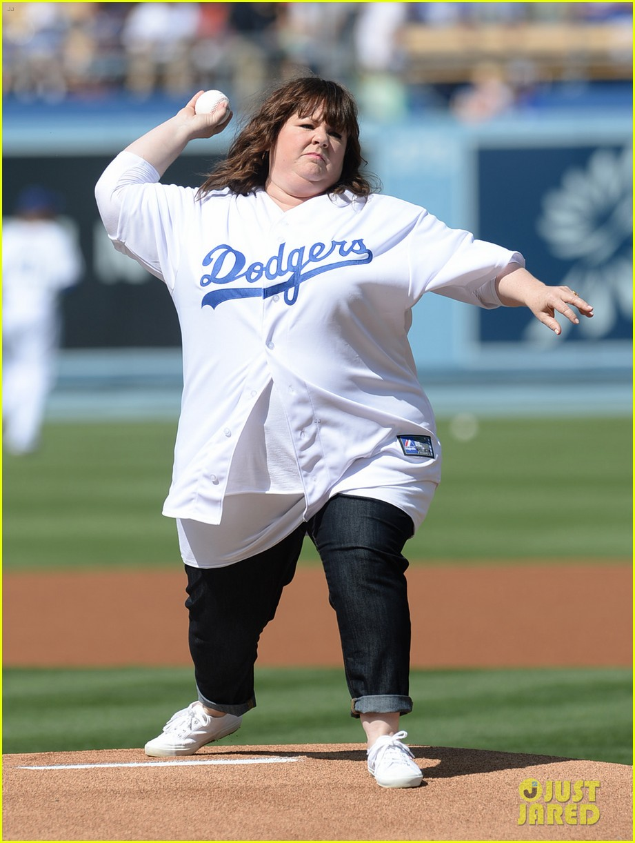 melissa mccarthy first pitch la dodgers game 04