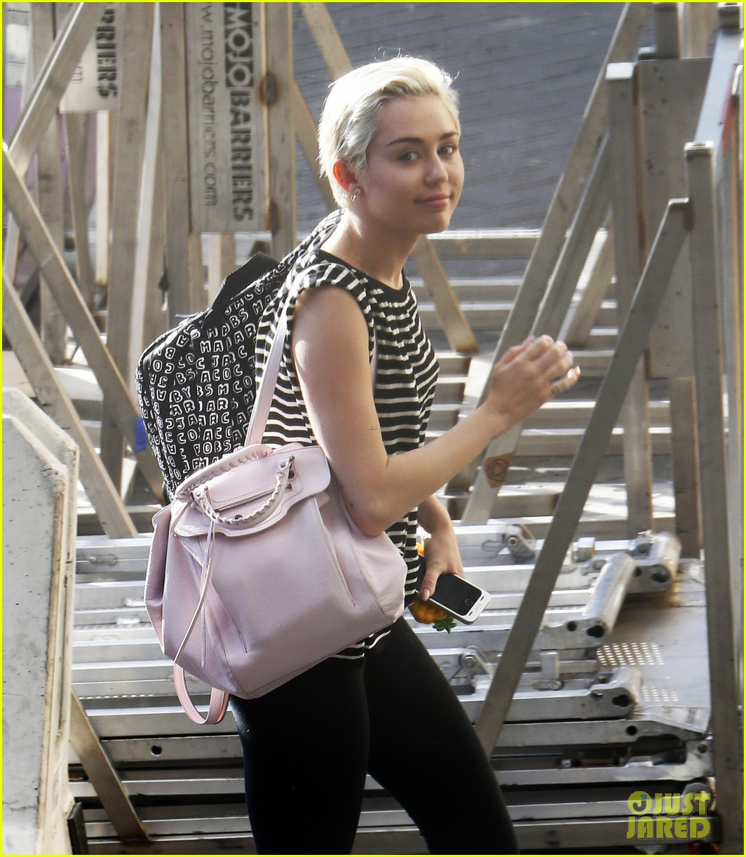miley cyrus arrives amsterdam last bangerz tour stop 033141261